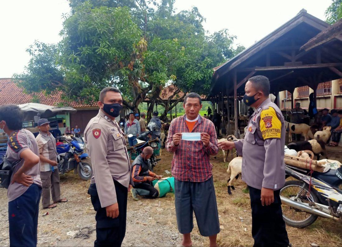 Bhabinkamtibmas Polsek Rajagaluh Himbau Warga Agar Tetap Patuhi Protokol Kesehatan