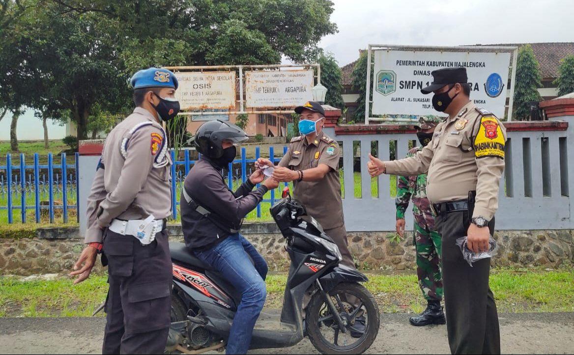 Gabungan Polsek Argapura Bersama Muspika Lakukan Ops Yustisi Penegakan Disiplin Prokes Terhadap Pengguna Jalan