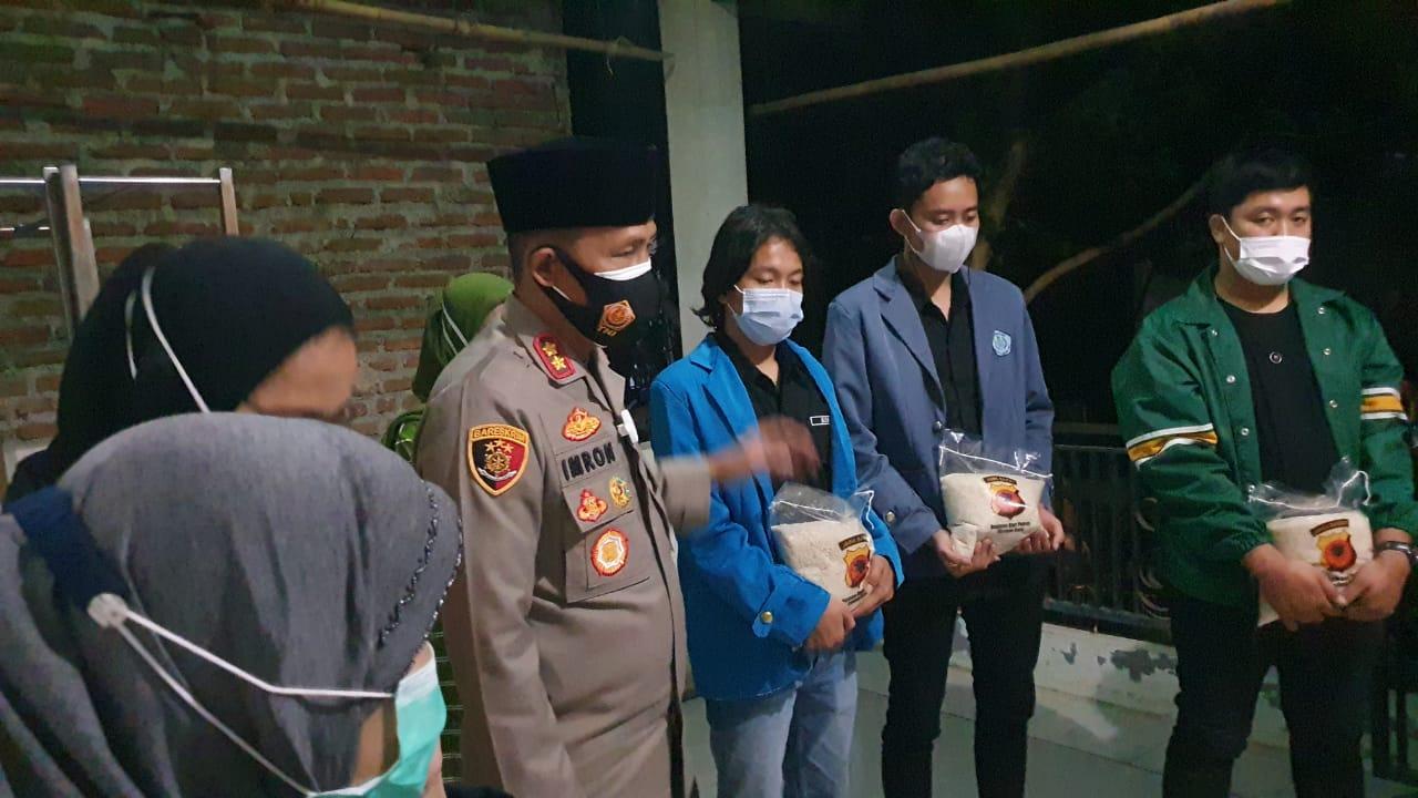 Mahasiswa Unswagati Dampingi Kapolres Cirebon Kota Berbagi Kasih Pemberian Kursi Roda Dan Beras Pada Warga
