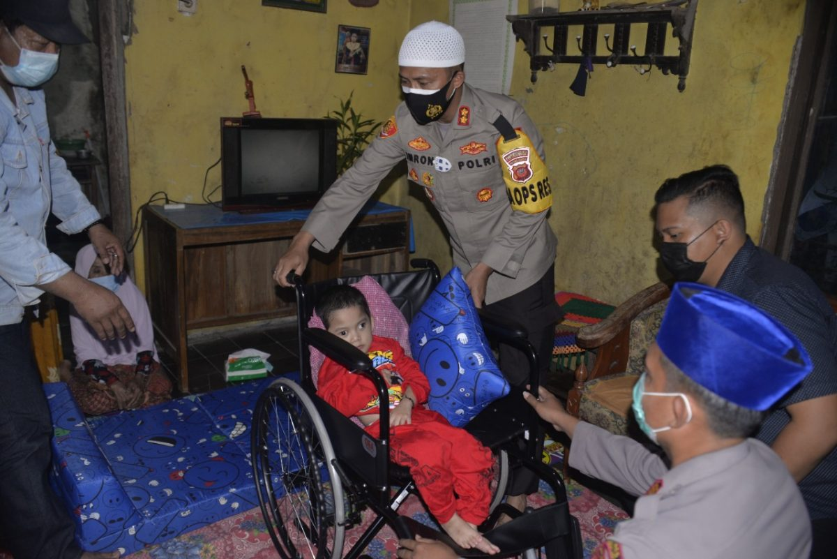 Kapolres Cirebon Kota Berikan Bantuan Kursi Roda Kepada Warga Argasunya