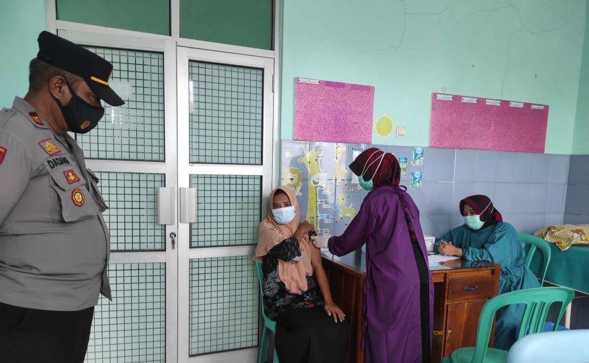 Kapolsek Sukahaji Beserta Anggota Monitoring Pelaksanaan Vaksinasi Bagi Kader Posyandu