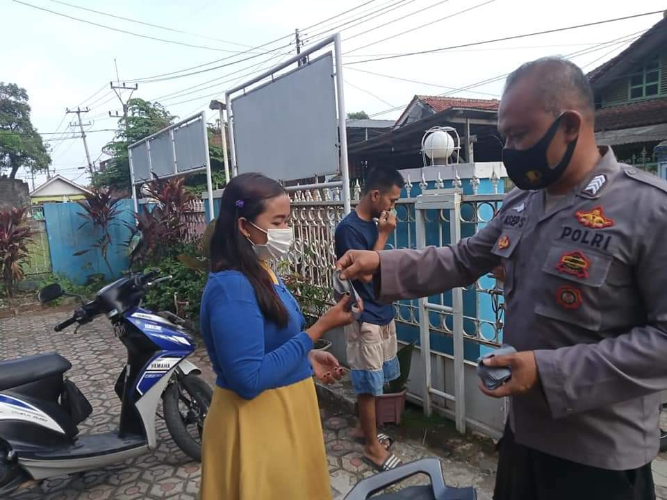 Ops Yustisi Cegah Covid-19, Bhabinkamtibmas Polsek Kasokandel Bagikan Masker Guna Warga Patuhi Prokes