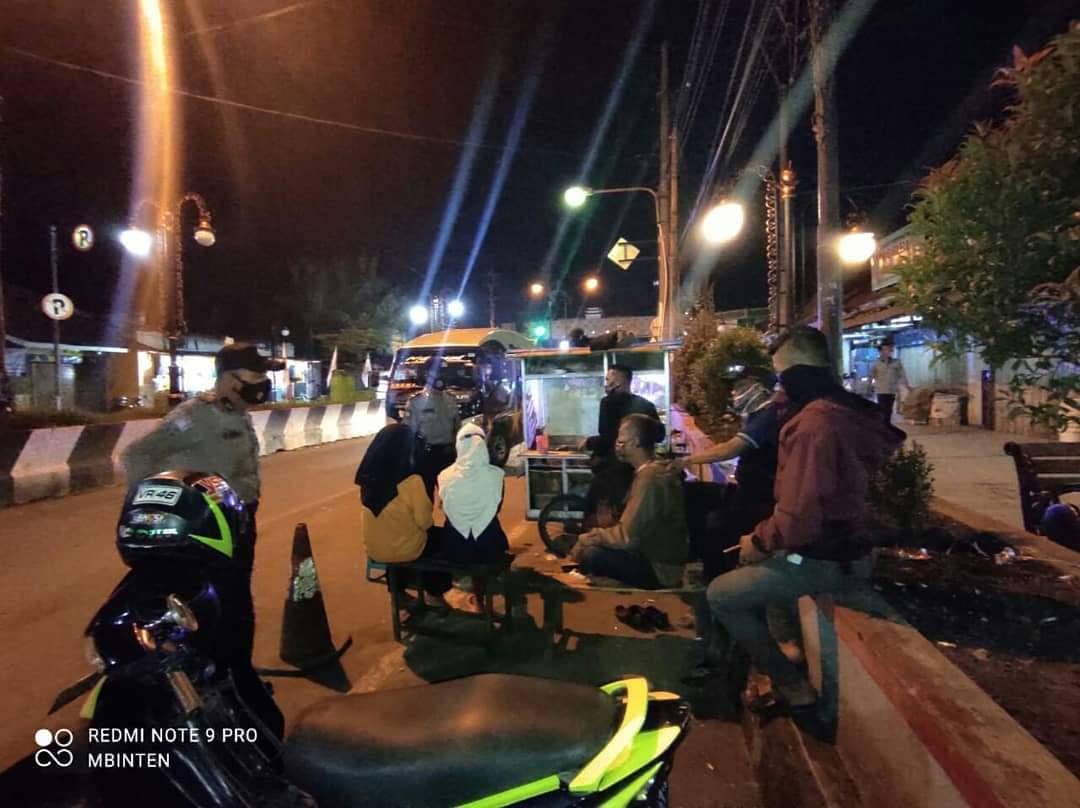 Pasca Ops Ketupat Lodaya 2021, Patroli Malam Polsek Kadipaten Dengan Humanis Bubarkan Kerumunan