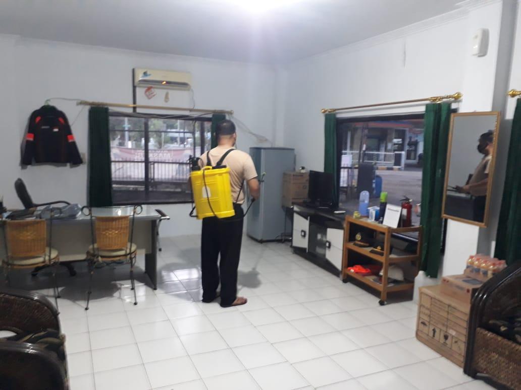 Pastikan Kesehatan Anggota, Kapolsek KPC Rutin Semprotkan Disinfektan ke Mako