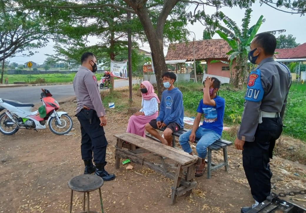 Patroli Pencegahan Covid-19, Polsek Cigasong Berikan Himbauan Pada Warga Tetap Gunakan Masker