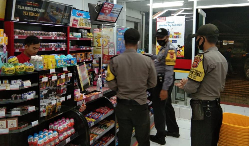 Personil Polsek Jatitujuh Patroli Dialogis dan Himbau Terapkan Prokes Dengan Sambangi Minimarket Alfamart