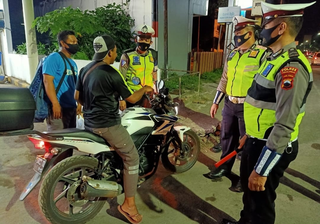 Polisi Hentikan Pengendara Yang Tidak Gunakan Masker