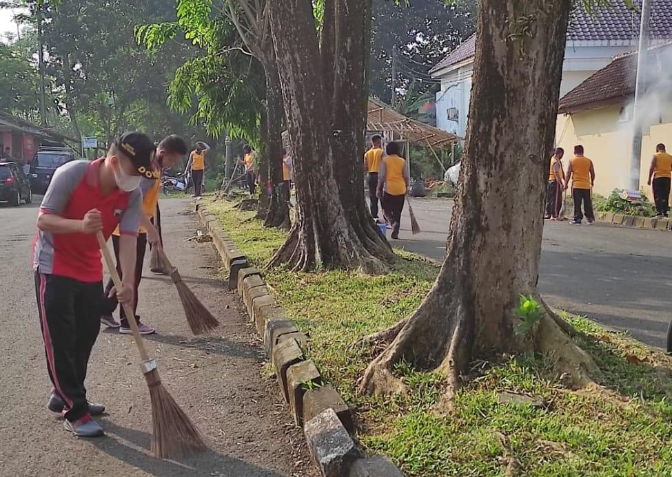 Polres Pekalongan Gelar Olahraga Bersama Sambil Kerja Bakti Membersihkan Lingkungan Mako