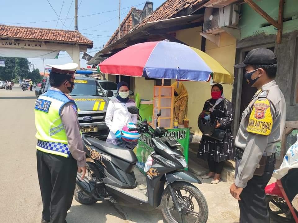 Polsek Kadipaten Tingkatkan Ops Yustisi Berikan Himbauan Kepada Pengguna Jalan Untuk Patuhi Prokes Terkait Covid-19