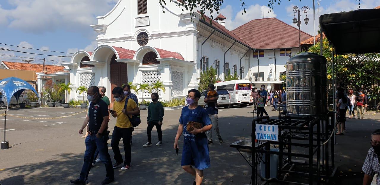 Polsek Lemahwungkuk Polres Ciko, Monitoring dan Pastikan 13 Gereja Beribadah Dengan Aman dan Kondusif