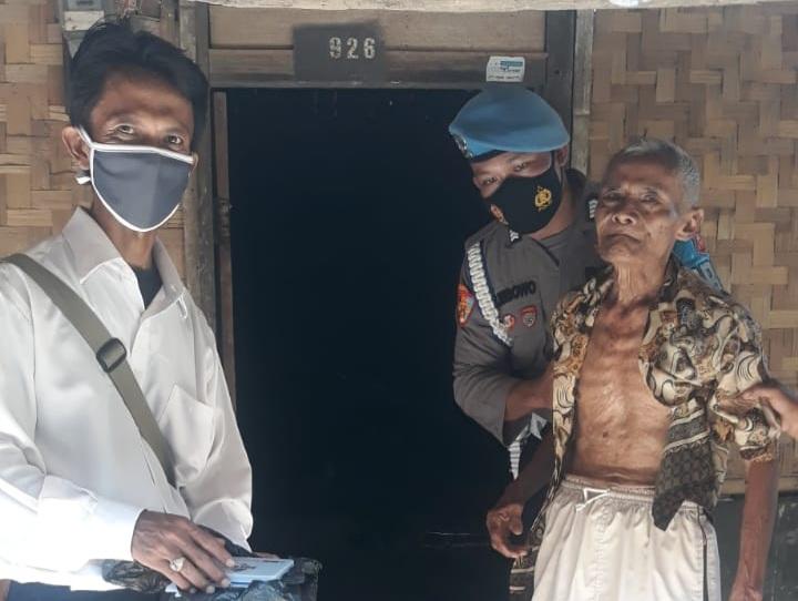 Saat Pengamanan Pilkades, Anggota Provos Polres Majalengka Jemput Warga Lansia