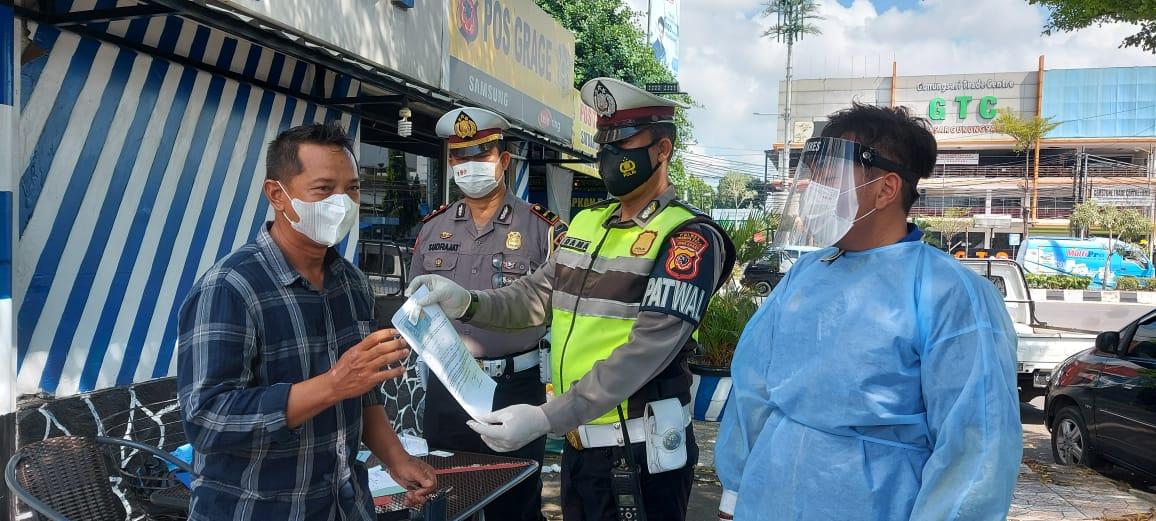 Sat lantas Polres Ciko, Gelar Pengetatan Pasca Ops Ketupat Lodaya 2021 Dengan Bagi-bagi Masker dan Pemeriksaan Tes Antigen Secara Gratis