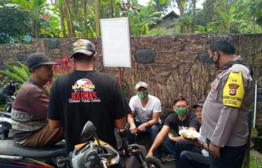 Bhabinkamtibmas Polsek Cingambul Berikan Himbauan Pada Warga Tekankan Untuk Taati Prokes