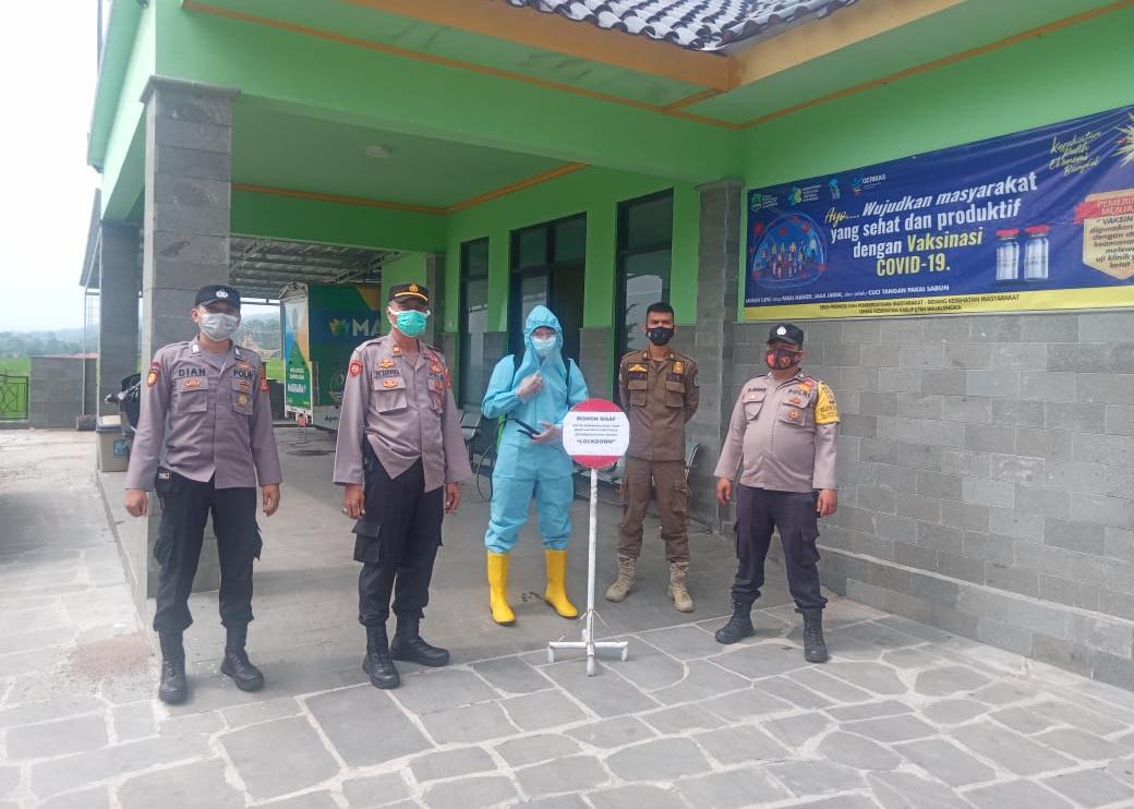 Cegah Covid-19, Polsek Sindangwangi Lakukan Penyemprotan Disinfektan Di Kantor Desa Lengkong Wetan
