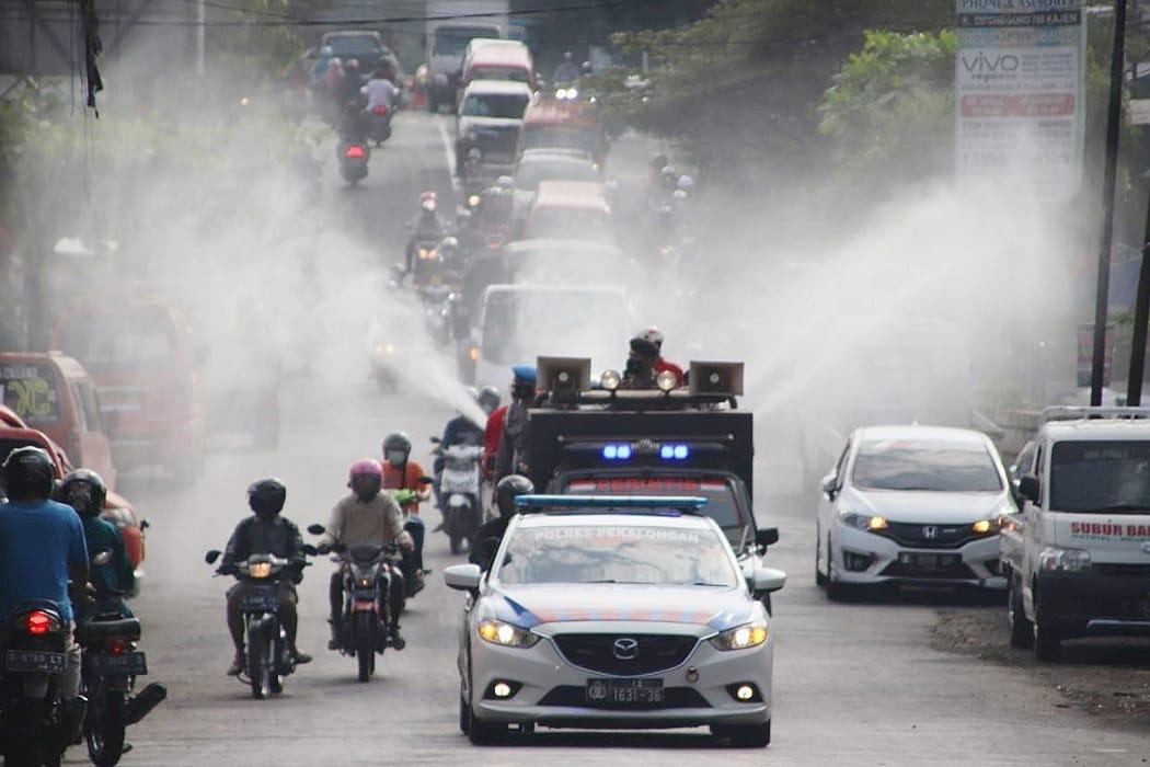 Cegah Penyebaran Covid-19, Petugas Gabungan Melakukan Penyemprotan Disinfektan Di Fasilitas Umum Dan Pemukiman Warga