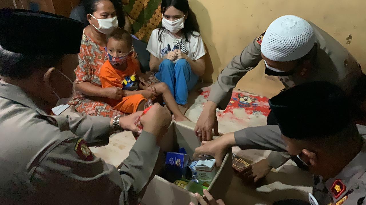 Remaja 19 Tahun Yang Lumpuh Dapat Bantuan Kursi Roda Dari Kapolres Cirebon Kota