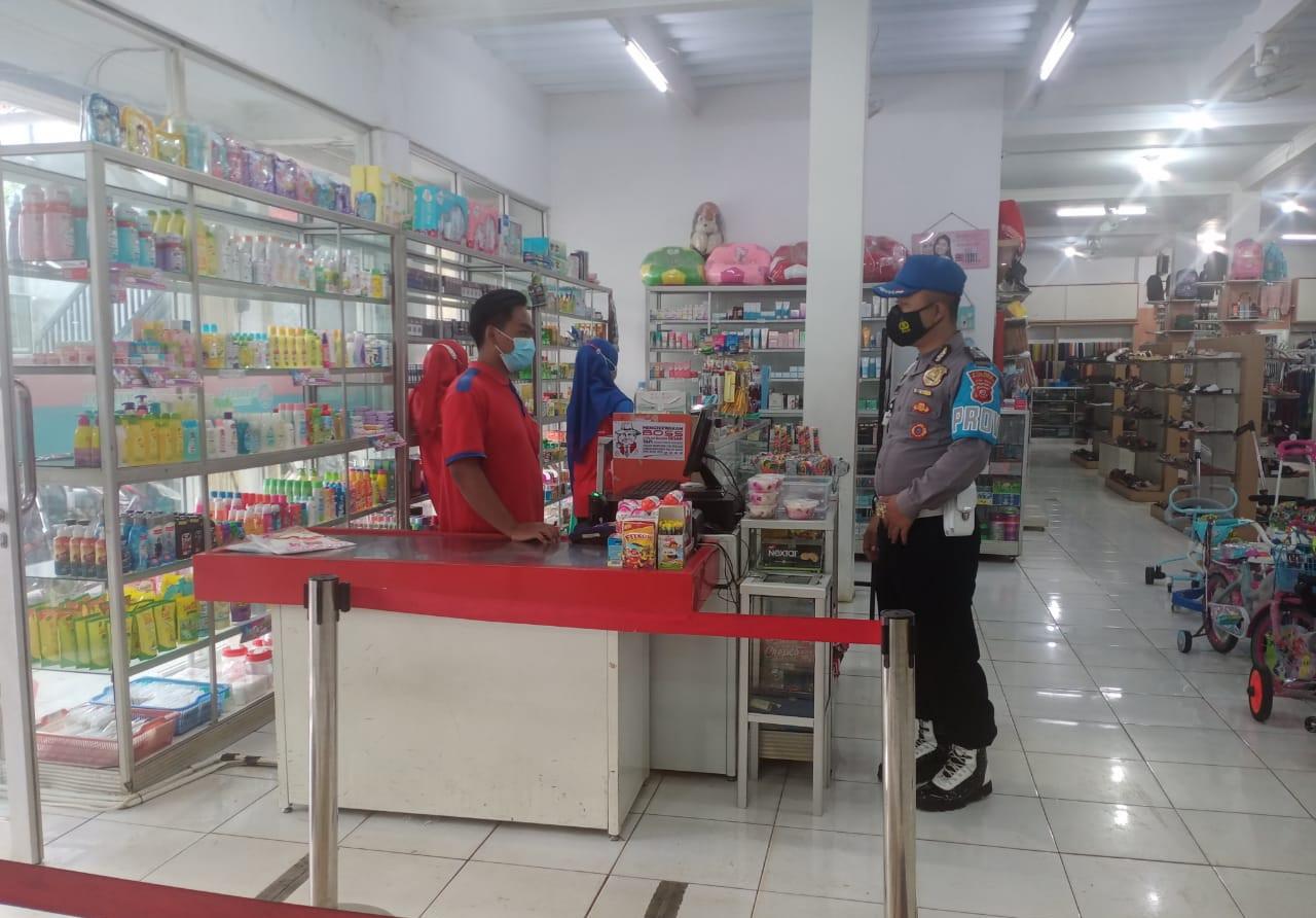 Sambangi Minimarket, Kanit Provos Polsek Lemahsugih Sampaikan Pesan Kamtibmas Sekaligus Tekankan Prokes