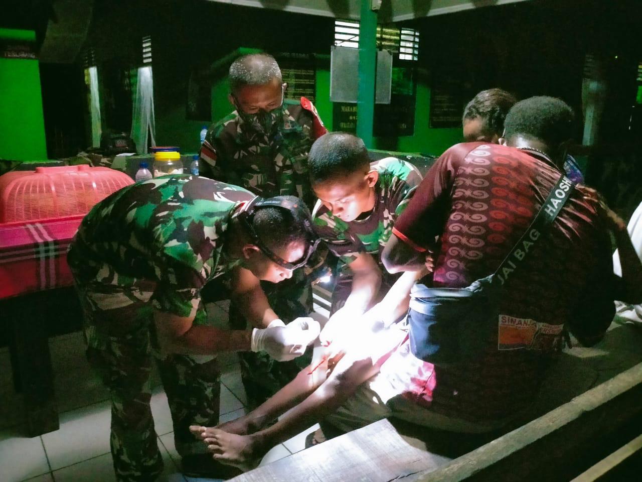 Dengan Sigap, Satgas Yonif 512 Obati Anak Kecil Yang Terluka Di Perbatasan Papua