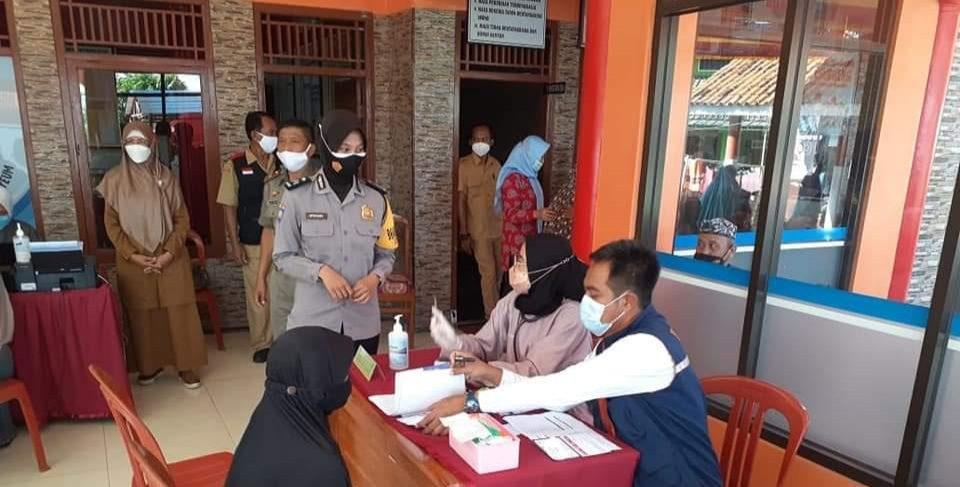 Bhabinkamtibmas Polsek Sukahaji Monitoring Vaksinasi Covid-19 Di Desa Binaannya