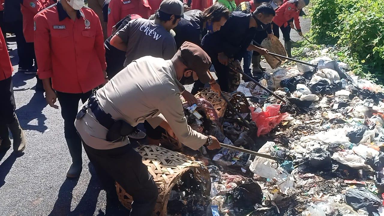 Peduli Kebersihan, Bhabinkamtinmas Polsek Cigasong Bersama Warga Bersihkan Sampah
