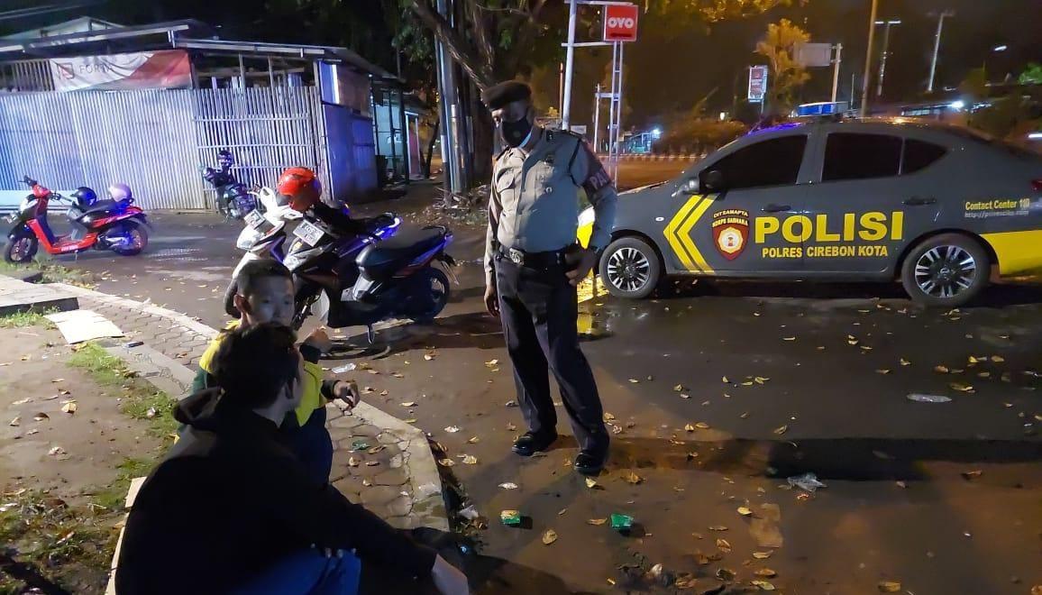 Patroli Biru Sat Samapta Polres Ciko Ajak Warga Jaga Kamtibmas Dan Atasi Begal Dimalam Hari