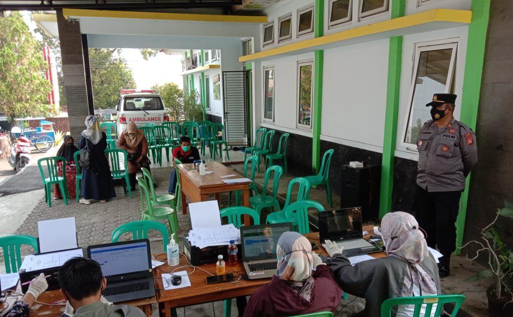 Kapolsek Sukahaji Turun Langsung Monitoring Vaksinasi Covid-19 Tahap I Bagi Kader Pasyandu