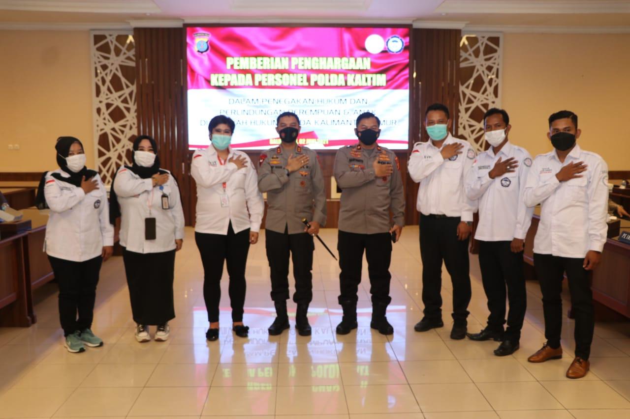 Kornas TRC PPA Berikan Penghargaan Kepada Kapolda Kaltim dan Anggota