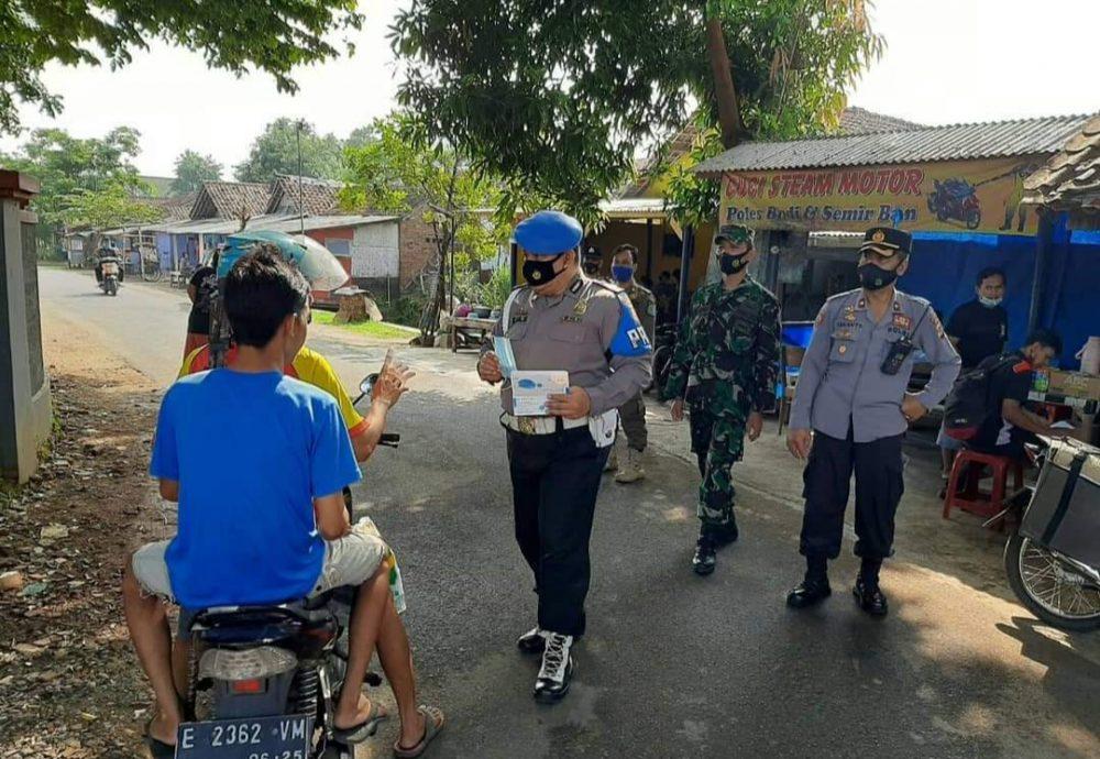 Ops Yustisi Gabungan Polsek Kadipaten Bersama Koramil Ingatkan Warga Untuk Gunakan Masker
