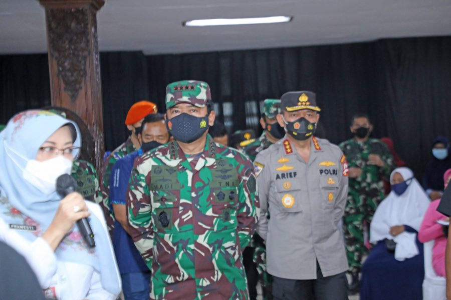 Panglima TNI dan Kabaharkam Polri Tinjau Serbuan Vaksinasi, Danrem 071Wijayakusuma Dampingi