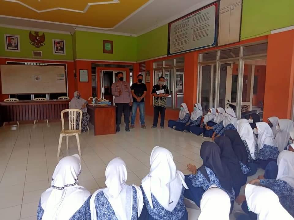 Pastikan Penerapan Prokes Covid-19, Kapolsek Kasokandel Monitoring Giat Kelulusan Sekolah SMP