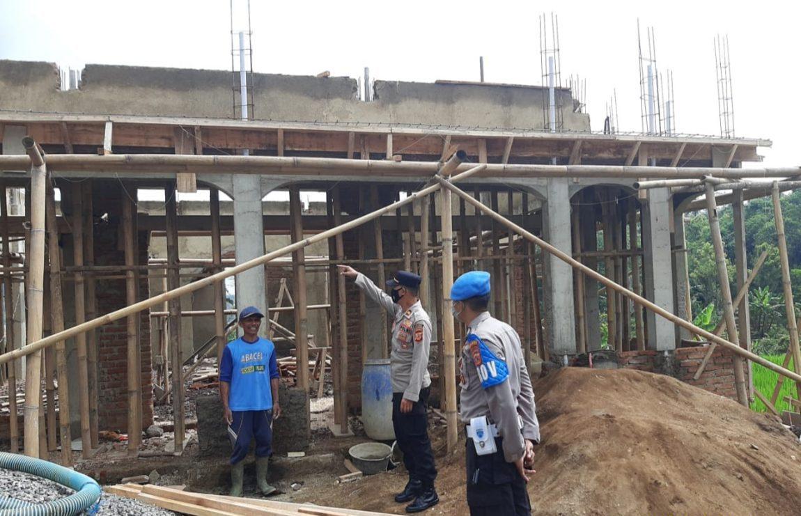 Peduli Pembangunan Masjid, Kapolsek Argapura Beri Bantuan Puluhan Sak Semen