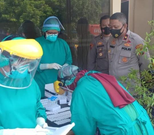 Polres Kendal Laksanakan Swab Antigen Pada Masyarakat Umum Yang Memasuki Lingkungan Mako