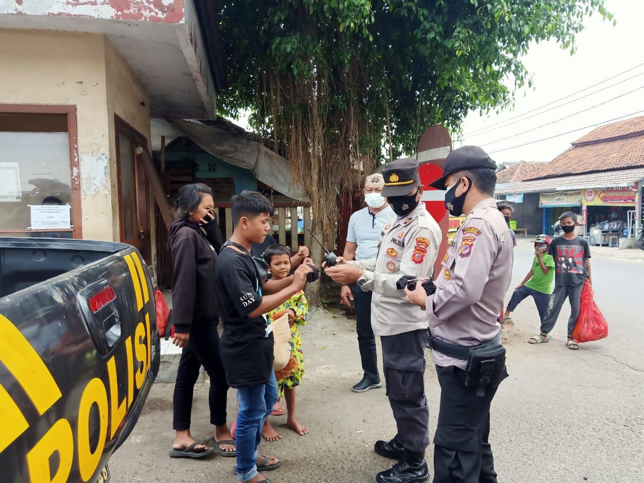 Giat Ops Yustisi PPKM Darurat Level 4, Personil Polsek Rajagaluh Bagikan Masker Gratis Ke Masyarakat