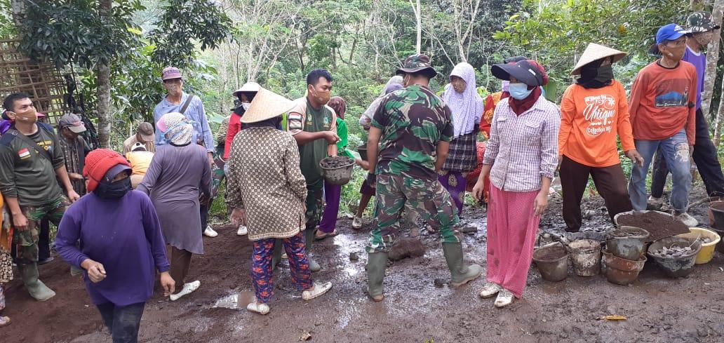 Gotong Royong Merubah Wajah Desa Jamberama