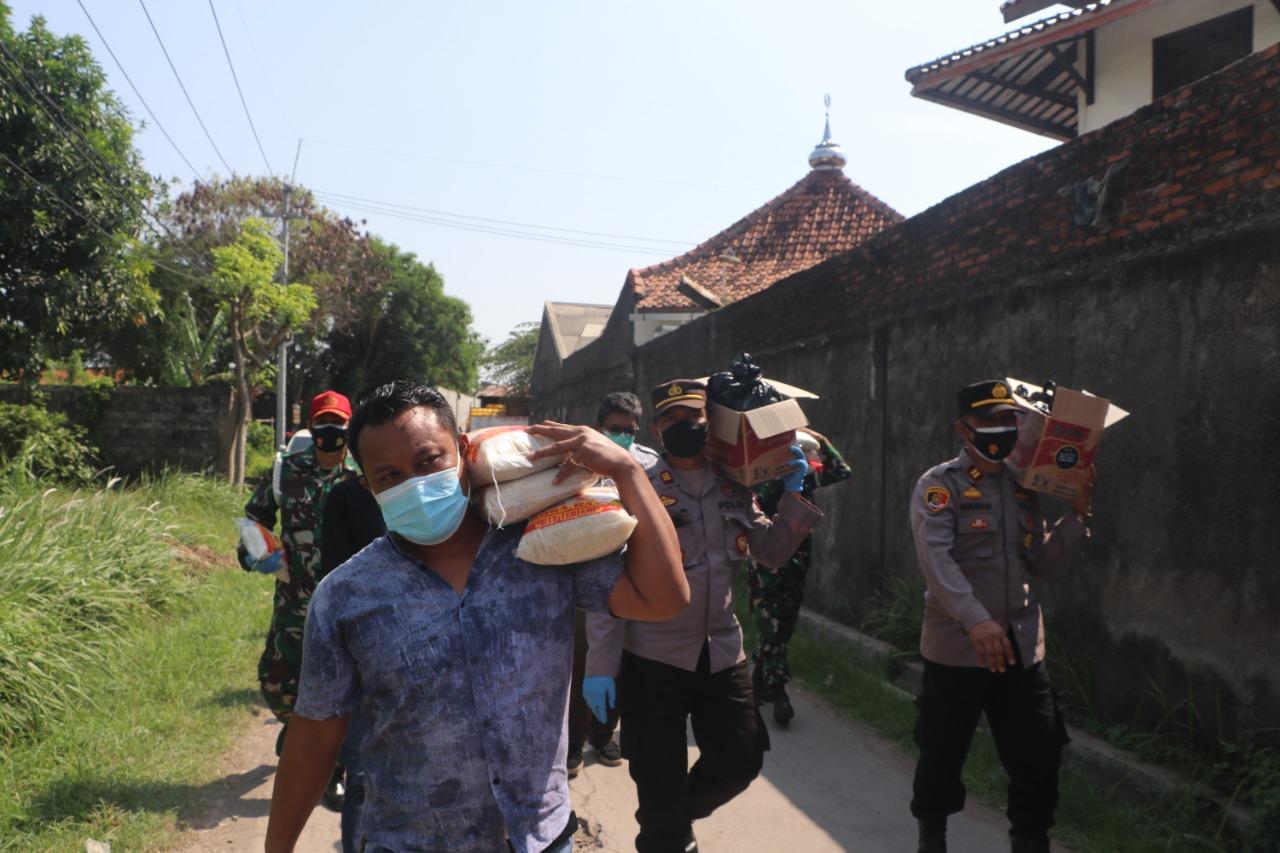 Kapolres Cirebon Kota Bersama KPP Pratama Cirebon Satu, Berjalan Kaki Bansos Paket Sembako peduli dampak PPKM Darurat