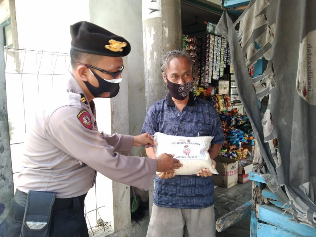 Didatangi Patroli PPKM Darurat Polresta Cirebon, Puluhan PKL Dapat Bansos dari Polresta Cirebon
