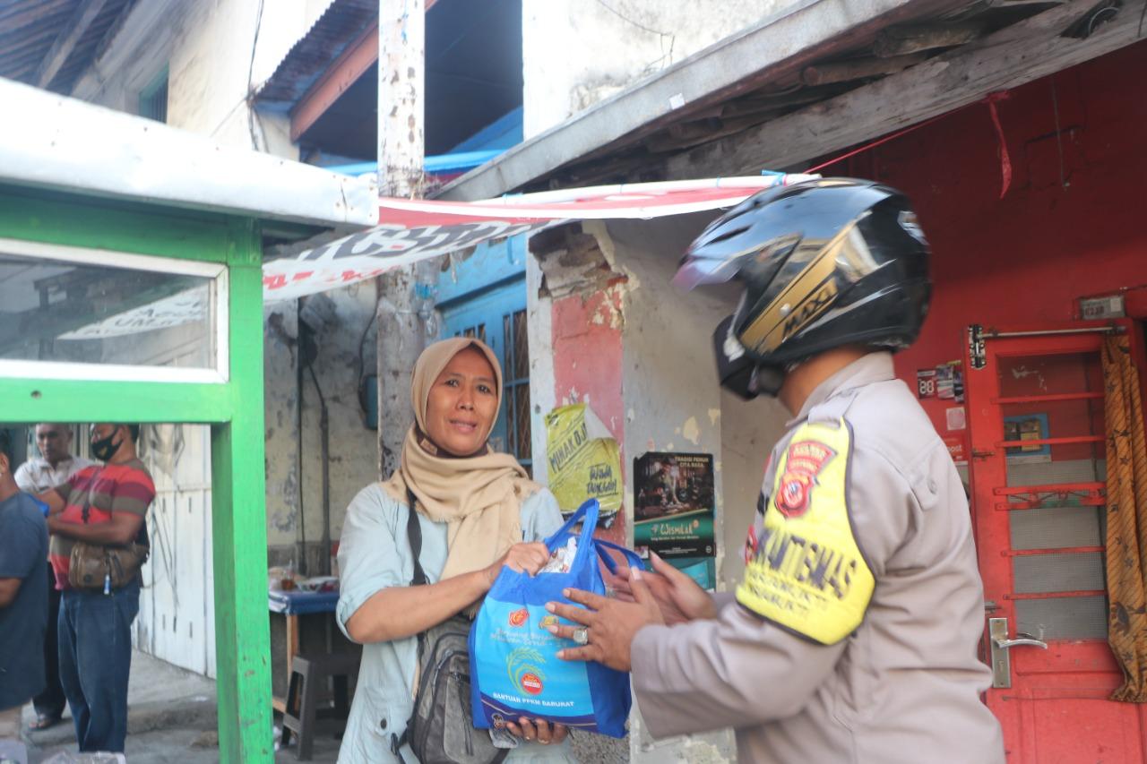 Patroli Motor Babinkamtibmas dan Babinsa PPKM Darurat Polres Cirebon Kota Bansos dari Kapolres Cirebon Kota Untuk Puluhan PKL