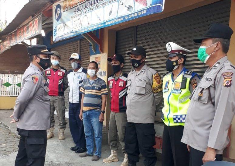 Waka Polsek Sumber IPTU M. Soleh SH, Pimpin Penyekatan di Pertigaan Kel. Kenanga Dalam Rangka PPKM Darurat