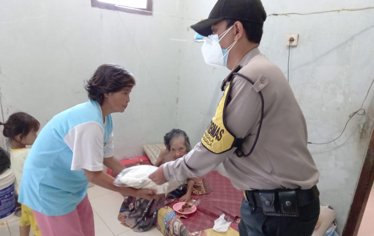 Polsek Kapetakan Polres Ciko berbagi Kasih di Tengah PPKM Darurat