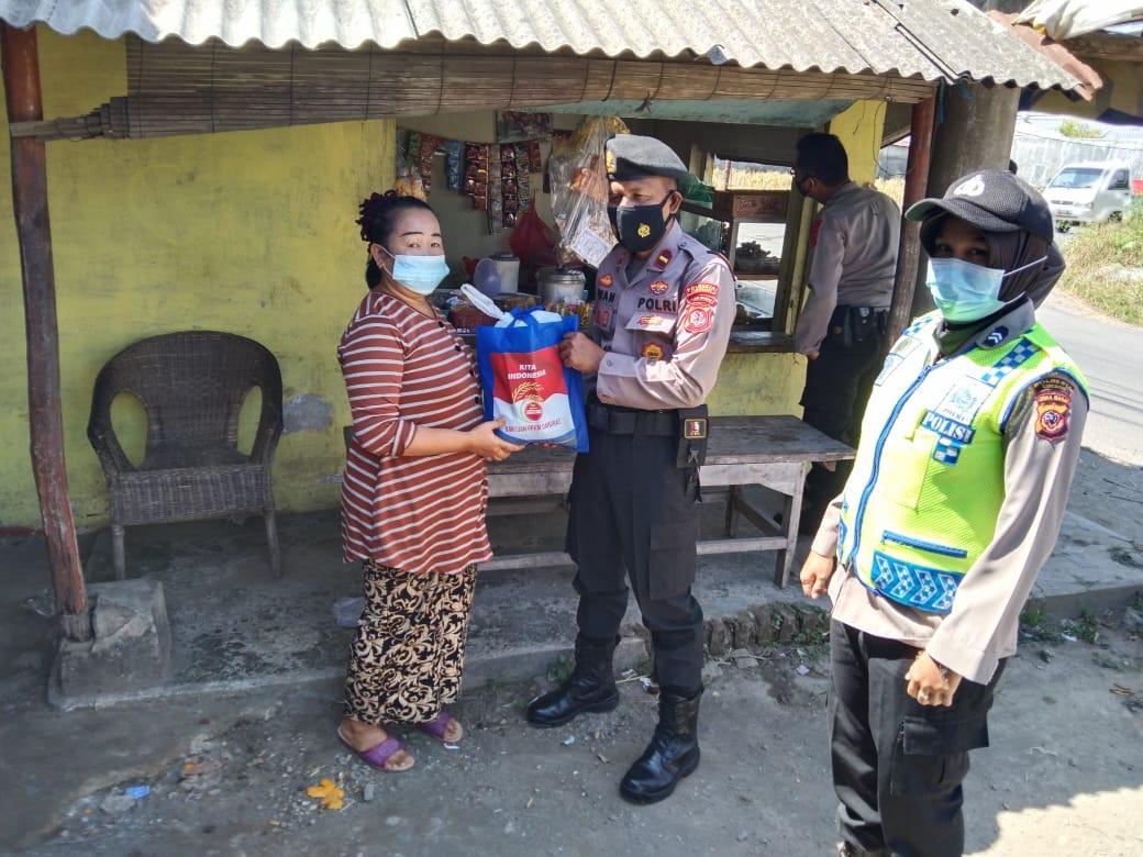 Datangi Lapak PKL Sumber hingga Plumbon, Polresta Cirebon Bagikan Bantuan Beras