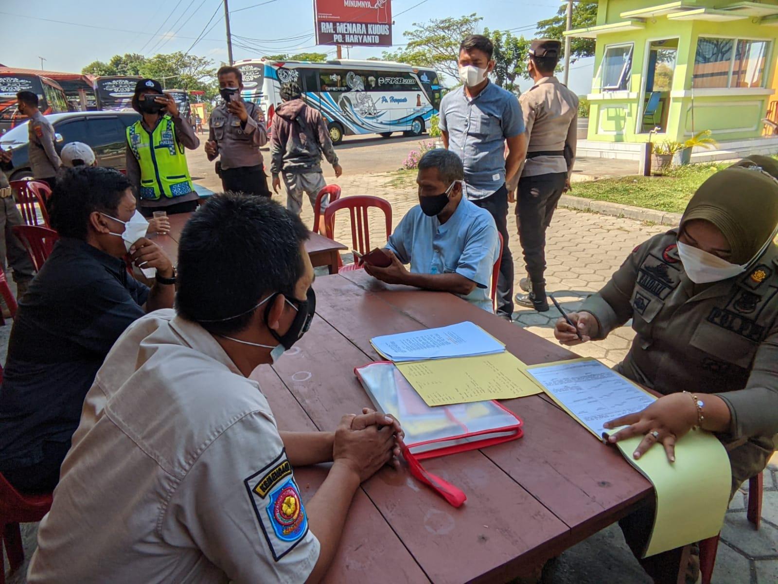 Patroli PPKM Darurat, Petugas Gabungan Datangi Sektor Industri dan Bagikan Bansos