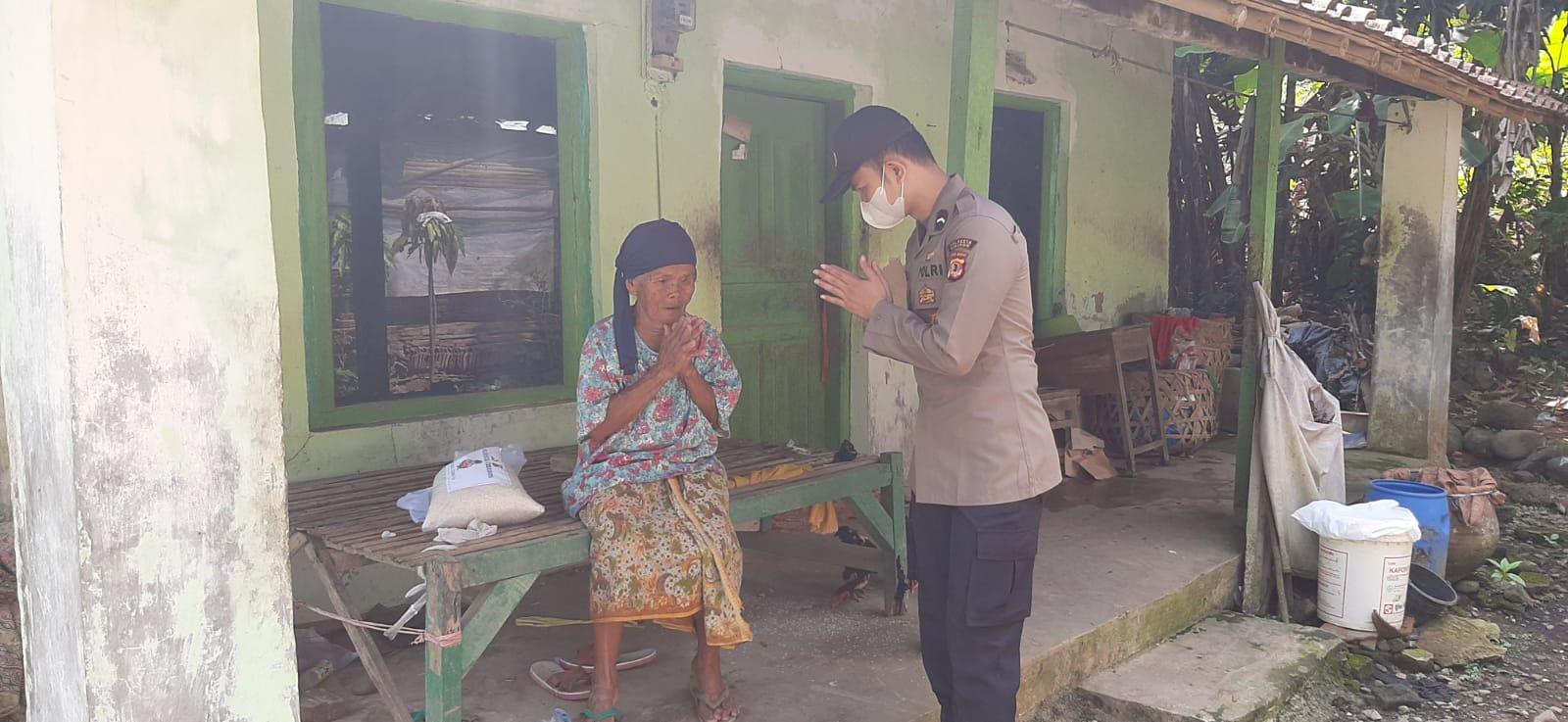 Polresta Cirebon Salurkan Bantuan Sosial Beras Kepada Warga Slum Area Yang Terdampak PPKM Darurat