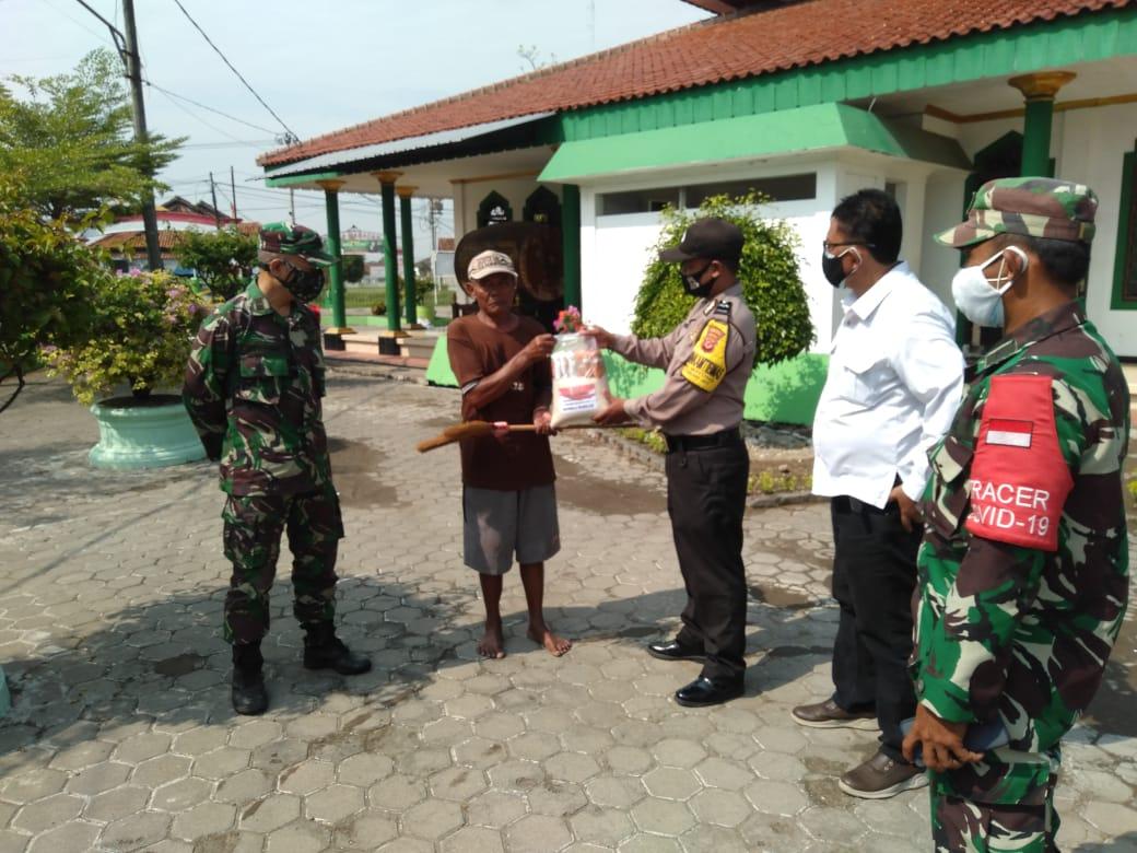 Unit Reskrim dan Bhabinkamtibmas Polsek Gunung Jati Polres Ciko, Bansos di Tengah PPKM Darurat