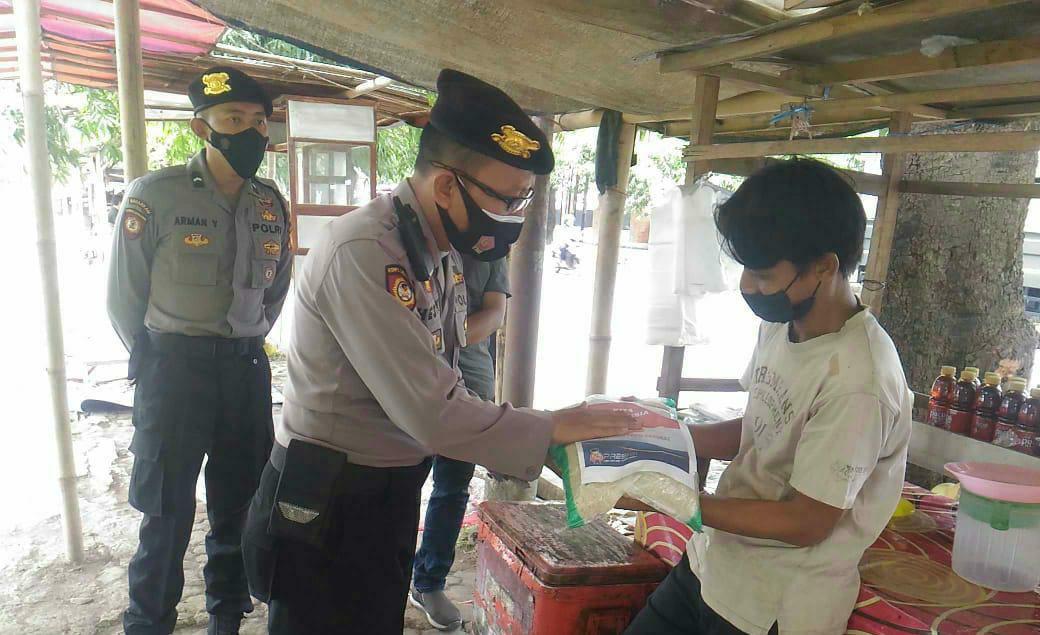 Patroli PPKM Darurat Polresta Cirebon Bagikan Sembako kepada PKL