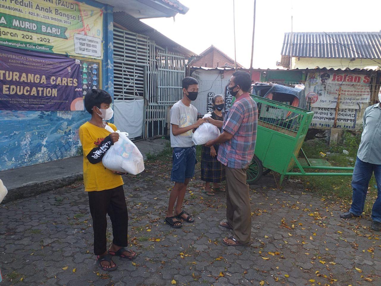 25 Orang Terima Paket Sembako Peduli PPKM Darurat Polres Cirebon Kota