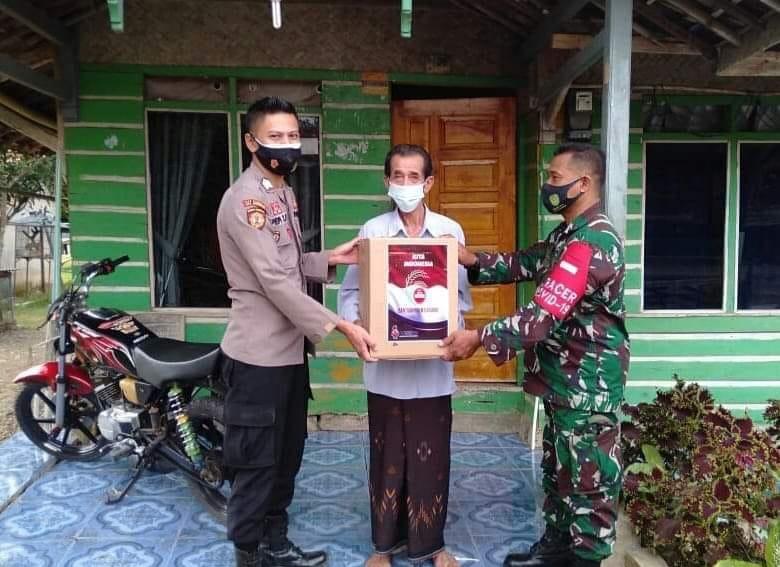 Bantu Warga di Masa PPKM Darurat, Kapolsek Lemahsugih Bersama Koramil Salurkan Paket Sembako