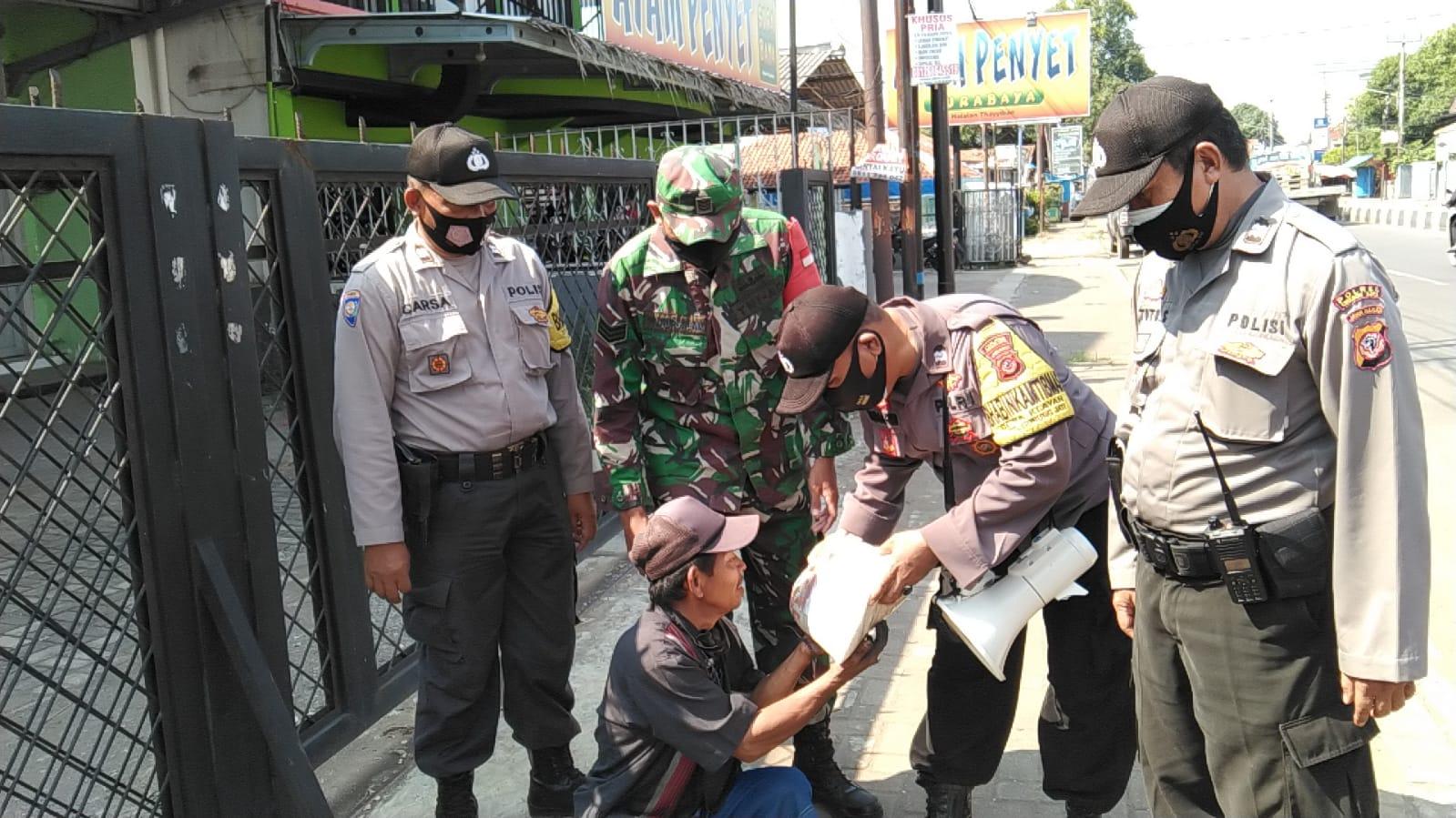Sinergitas TNI-POLRI Polsek Gunung Jati Polres Ciko Serempak Bansos Ditengah PPKM Darurat