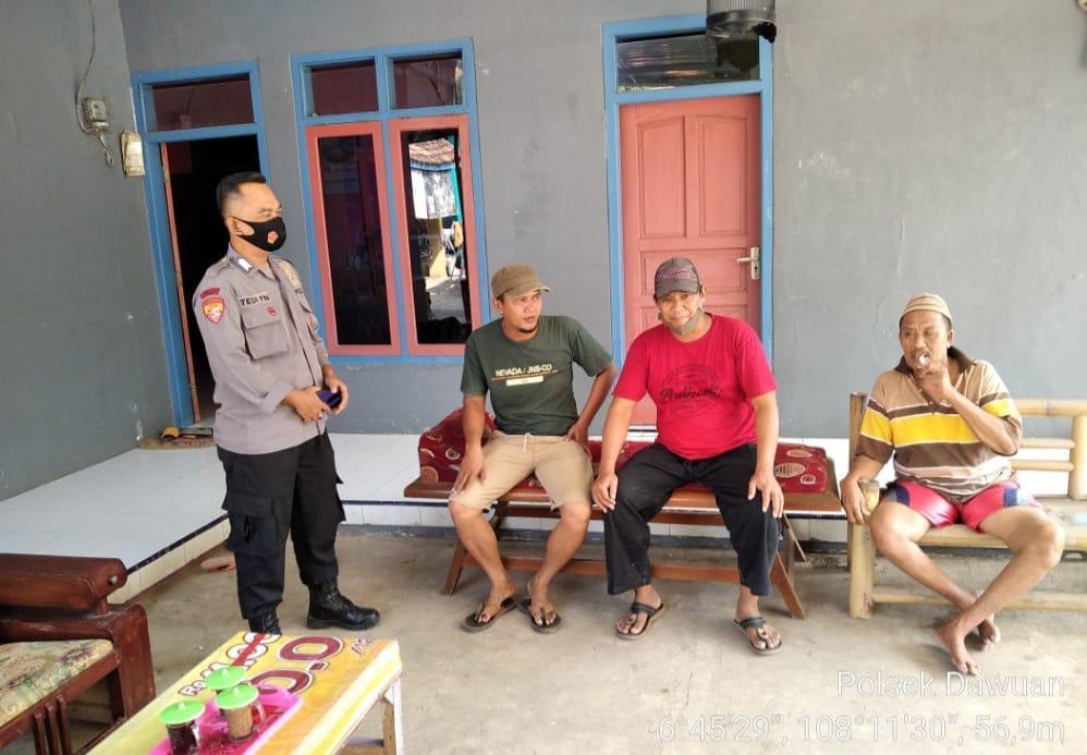 Sambang Warga Bhabinkamtibmas Polsek Dawuan Berikan Himbauan Patuhi Kebijakan Pemerintah Terkait PPKM Mikro