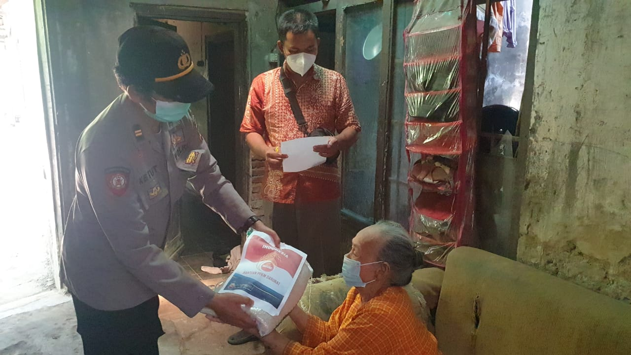 Sejumlah Warga Desa Kaliwulu dan Desa Pangkalan Terima Bansos Beras Dari Polresta Cirebon