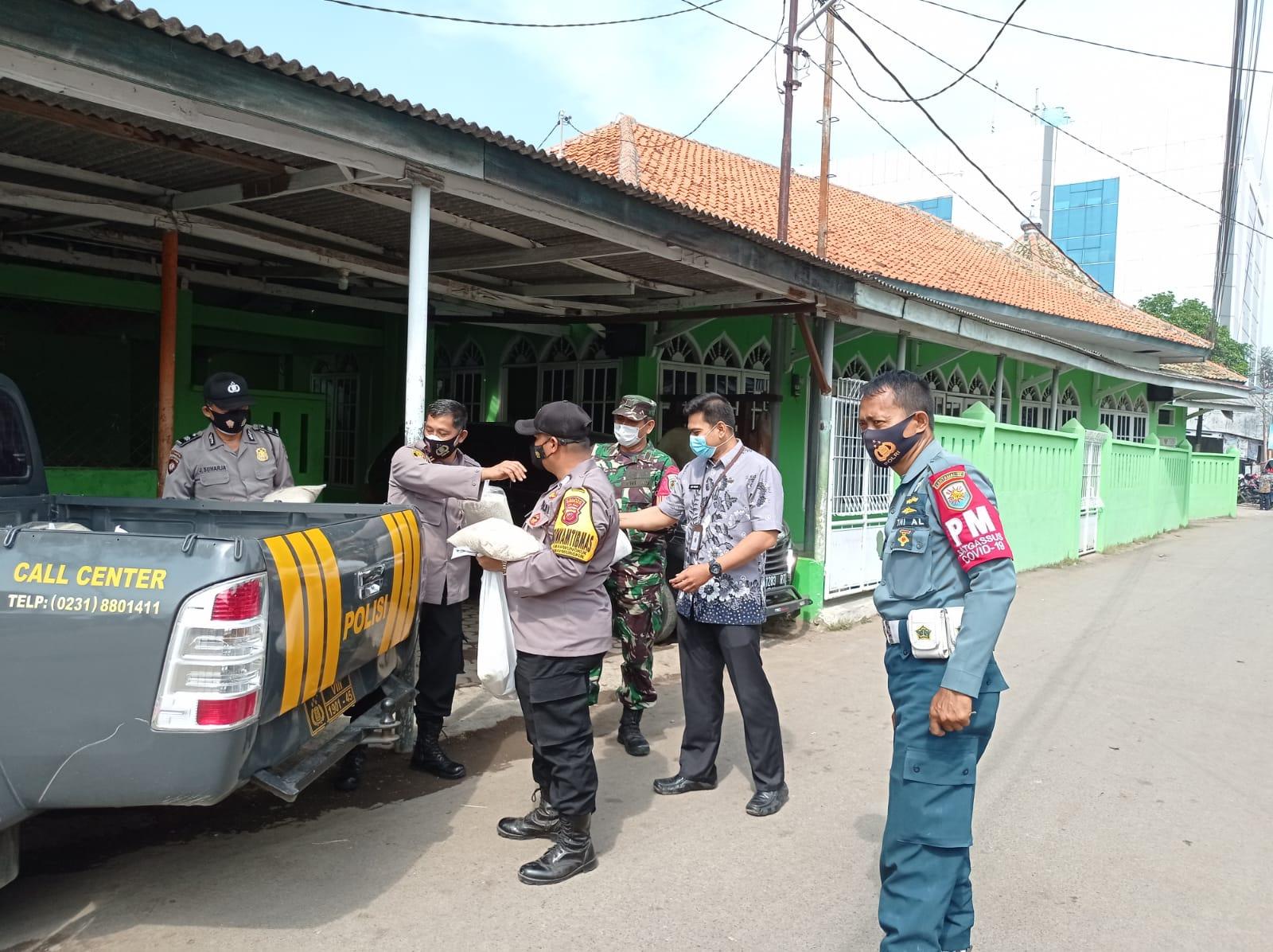 Berbagi Kasih Bansos Sembako Ditengah PPKM Level 4, Polsek Lemahwungkuk Blusukan Sepanjang Jalan Kesunean